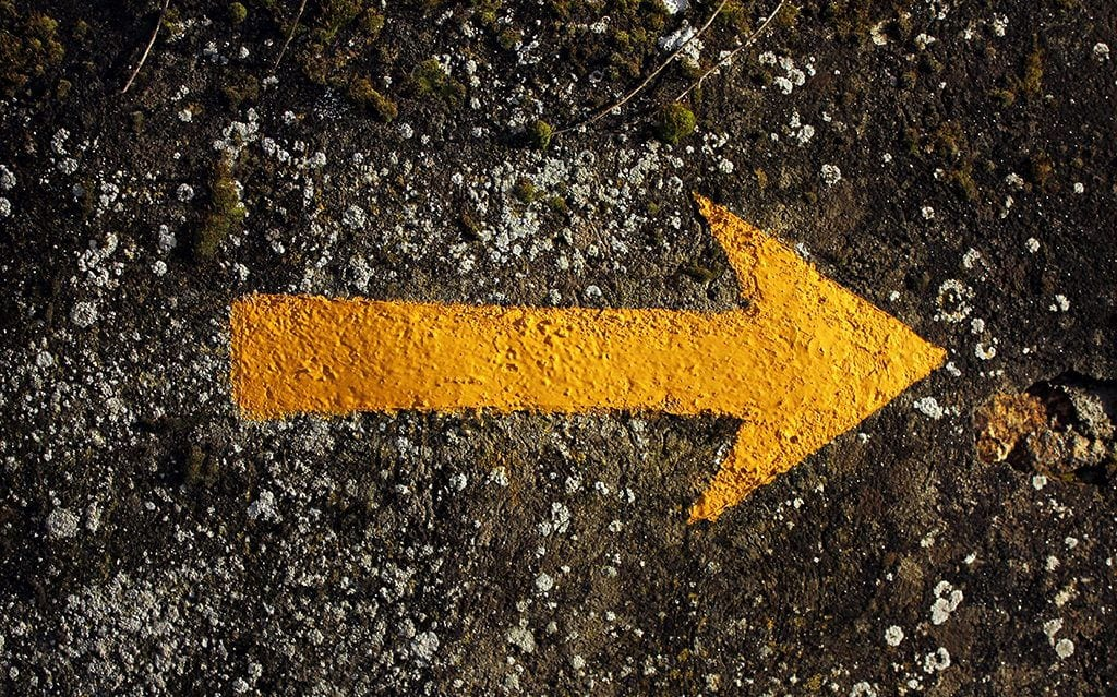 La flecha amarilla del camino de santiago origen y Casa amarilla santiago