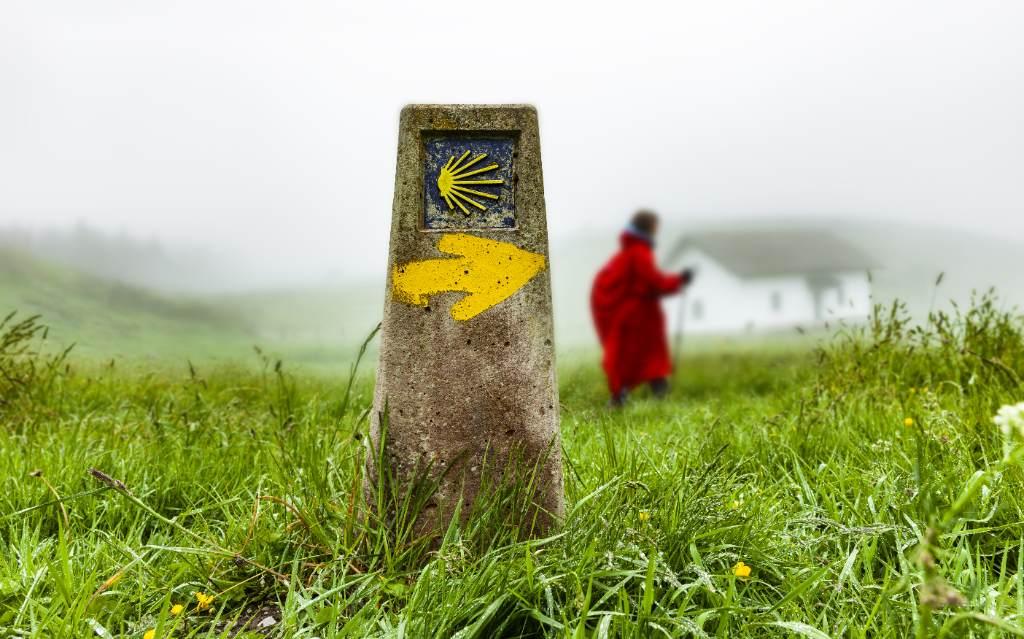 Camino bajo la lluvia